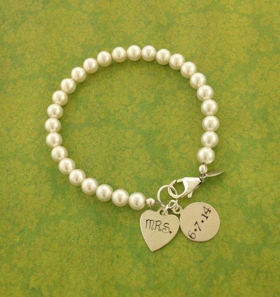 Mariage - Mrs. Bracelet, Bride to be, Sterling silver Swarovski pearl bracelet, Jewelry for the Bride, Wedding date