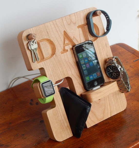 Свадьба - Personalized Phone and Apple Watch Docking Station - Groomsmen Gift; Men's Birthday, Father's Day, Anniversary Gift
