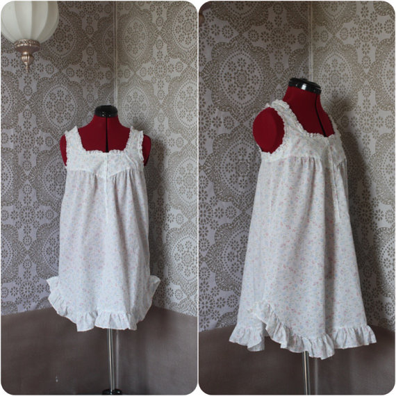 Свадьба - Vintage 1970's White Cotton Floral Print Babydoll Style Nightie Small