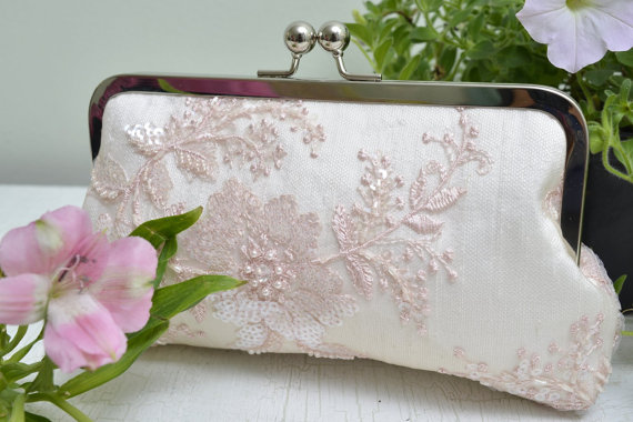 Свадьба - Blush Bridal Clutch, Blush Bridesmaid Gift, Pink Bridesmaid Clutch, Sequin Handbag, Blush Wedding Clutch, Prom Purse {Pink Dogwood Kisslock}