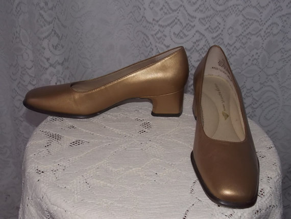 62632fbac9d Vintage 1980s Gold Leather Low Heel Easy Spirit Dress Shoes - Size 6 -  Perfect for Weddings - Bride - Mother of Bride or Groom