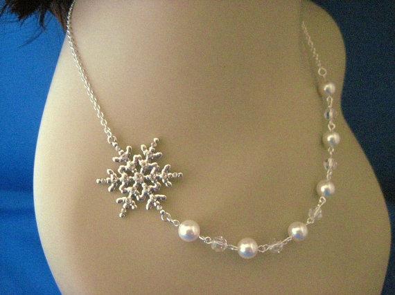 Свадьба - Bridesmaid Jewelry Winter Wedding Set of 5 Snowflake and Pearl Bridal Necklaces