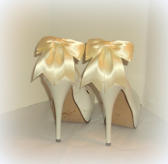 Свадьба - Wedding Shoe Clips, MANY COLORS AVAILABLE , Bridal Shoe Clips, Satin Bow Shoe Clips, Shoe Clips for Wedding Shoes, Bridal Shoes, Womens