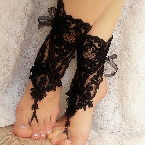 Mariage - Bridesmaid gift - 4 pair.Black Barefoot , french lace sandals, wedding anklet, Beach wedding barefoot sandals, sandals.
