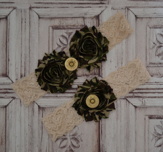 زفاف - Camouflage Wedding Garter Set, Ivory Stretch Lace, Camouflage Frayed Flowers, 12 Gauge Shell Heads, Rustic Style Garter