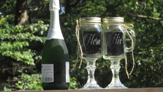 زفاف - Pair of Personalized His Hers Mason Jar Redneck Wine Toasting Glasses / Rustic, Country, Barn Weddings / Daisy Lids / Choice of Fonts