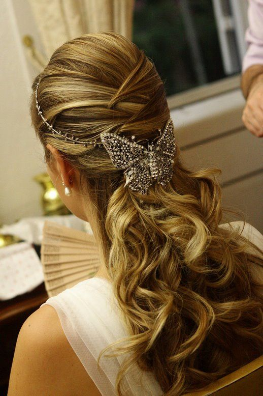 Düğün - Bride's Half Up Crisscross Braided Long Curls Bridal Hair Ideas。