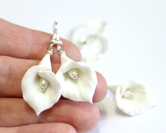 Hochzeit - White Calla Lilies dangle earrings - floral long drop earrings, White Calla Lilies, Wedding Earrings, Calla Lilies Bridesmaid Earrings