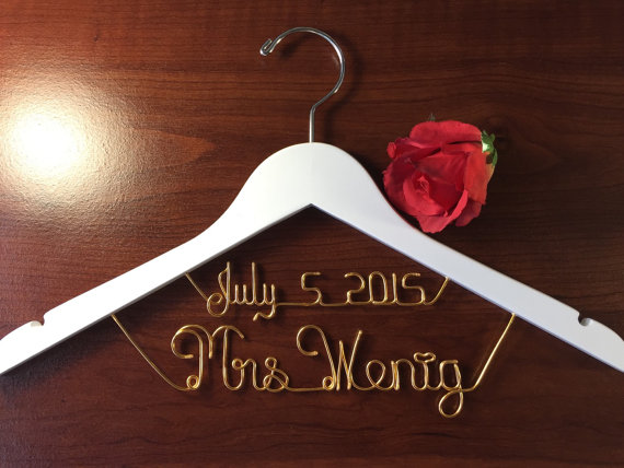 Mariage - Personalized Date on Top Wedding hanger, personalized custom Bridal, Brides Hanger, Wedding Hanger, Personalized Bridal Gift.