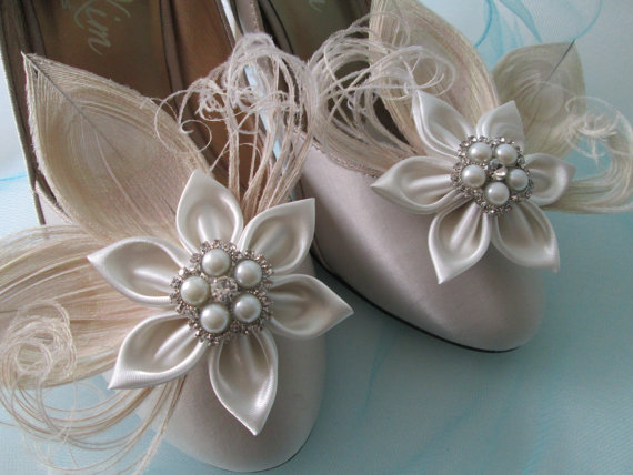 Свадьба - Ivory Peacock Feather Wedding Shoe Clips, Champagne Bridal Shoe Clips, Cream Kanzashi Flower, Rustic Bride's Shoe Accessories, Fairy Wedding