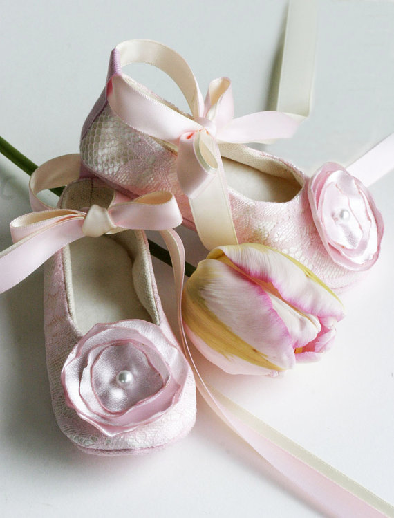 Свадьба - Pink Lace Flower Girl Shoes - Couture Ballet Slipper Toddler Shoe, Pink Baby Shoe, 23 Color, Wedding Shoe, Baby Ballet Slipper, Baby Souls