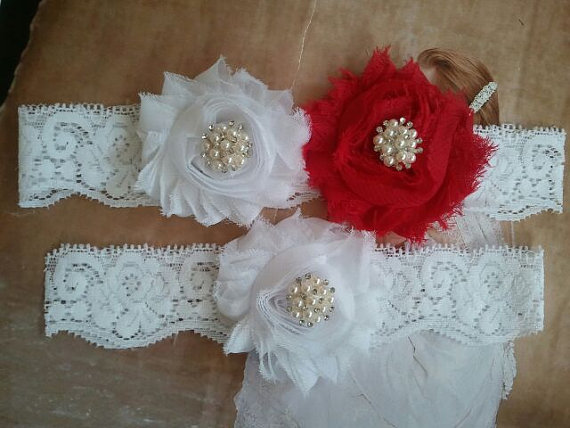 Свадьба - Wedding Garter, Bridal Garter, Garter - White/ Red Flowers on a White Lace with Pearl & Crystal Rhinestone - Style G778