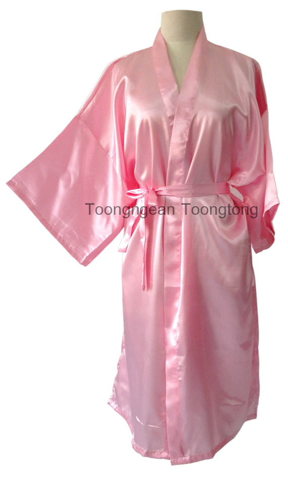 Mariage - On Sale Kimono Robes Bridesmaids Silk Satin Light  Pink Colour Gift Bride to be Bride Bathrobe for Party Free size