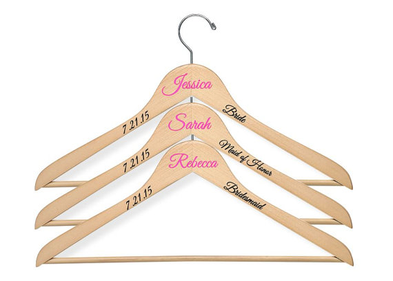 Свадьба - 4 Personalized Wooden Wedding Hangers/Bridesmaid Hangers - Choice of Font & Color