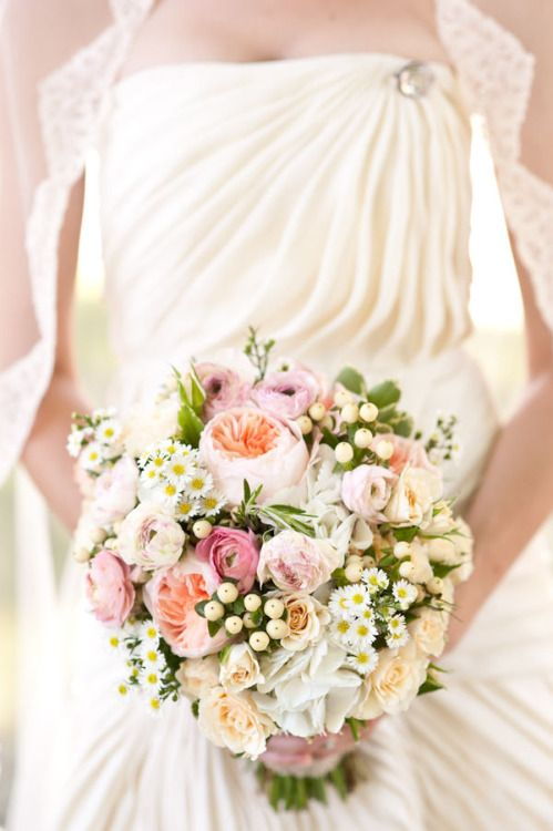 Mariage - Oh, Those Wedding Belles, Such A Delicate And Pretty Bouquet  (via...