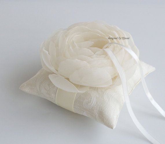 Свадьба - Ivory  Wedding ring pillow with flower ---ring bearer pillow, wedding rings pillow , wedding pillow