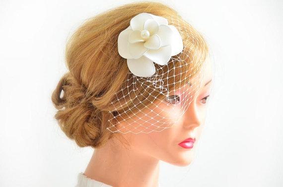 Hochzeit - Headpiece with birdcage veil Bridal veil fascinator Simple fascinator Bridal headpiece Head piece  White fascinator Flower headpiece