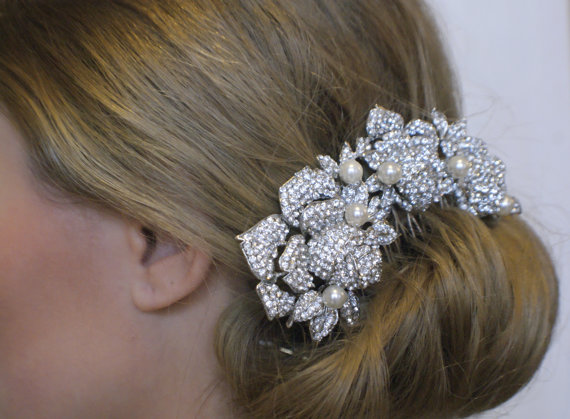 Hochzeit - Vintage style crystal pearl wedding hair piece. Crystal roses bridal hair comb