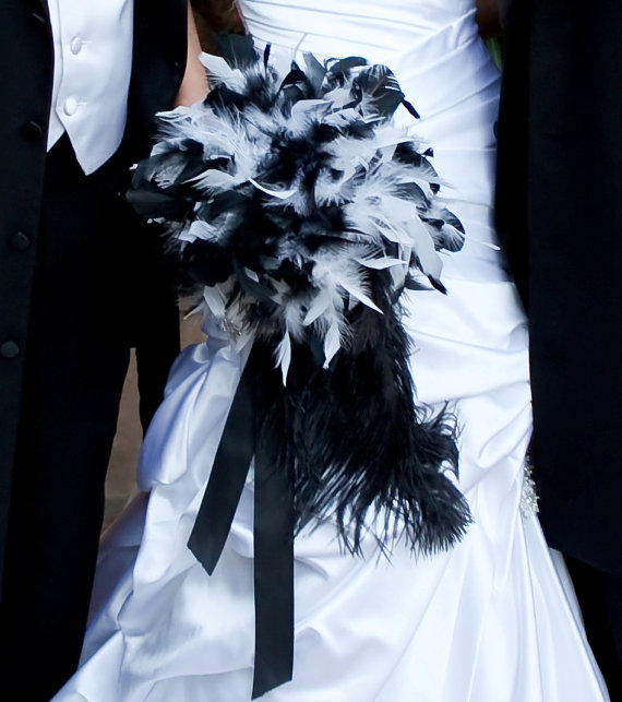 Mariage - Feather Bride Bouquet White and Black Wedding or Custom Bridal Colors - Crystal Pearl Accents Bouquets - Dramatic Ostrich Tail Feathers