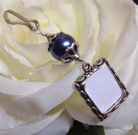 Mariage - Something blue and meaningful too. Wedding bouquet memorial photo charm. Dark Blue, Ivory or White shell pearl.