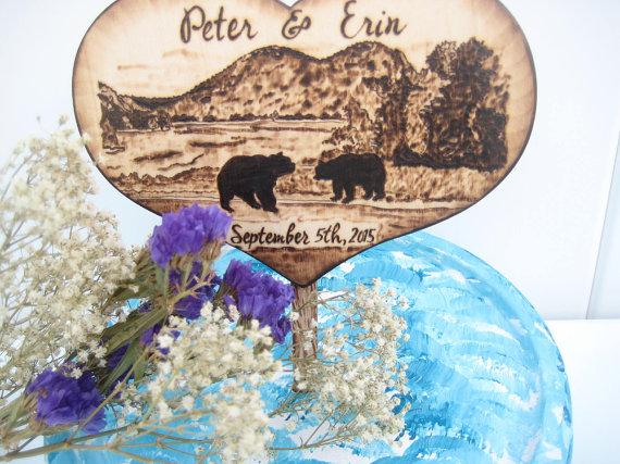 Свадьба - Lake Wedding Cake Topper, Bears, Country Wedding, Tree, Mountains, Wood Heart Topper, Bear Hunting, Rustic Wedding, Custom Pyrography,