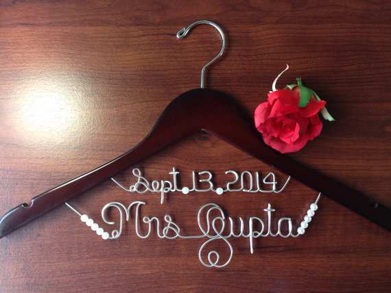 Boda - Personalized Bridal hanger with WHITE PEARLS, bridal gift, Personalized Bridal Gift, brides hanger,name hanger,wedding hanger.