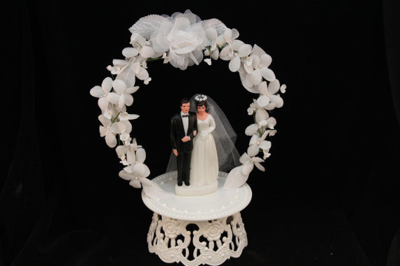 Mariage - Vintage Inspired Bride and Groom with White Flower Arch Cake Topper
