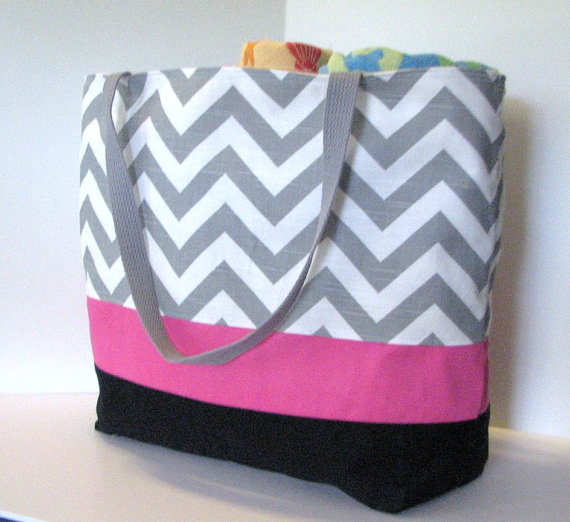 Mariage - Set of 5 LARGE Chevron beach bags . Gray White Touch of Bright Pink . chevron tote . great bridesmaid gifts . MONOGRAMMING available