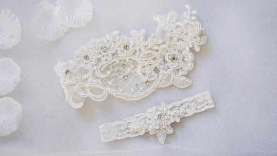 Свадьба - OFF WHITE wedding garter set, customizable, bridal garter, lace garter, keepsake and toss garter, wedding garter, flower garter