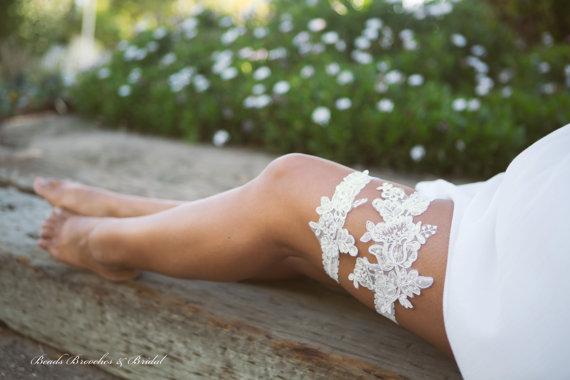 Свадьба - White Lace Garter Set, Wedding Garter Set, Flower Garter Set, Pearls and Sequins Garter, Bridal Garter, Ivory Flower Lace Bridal Garter Set