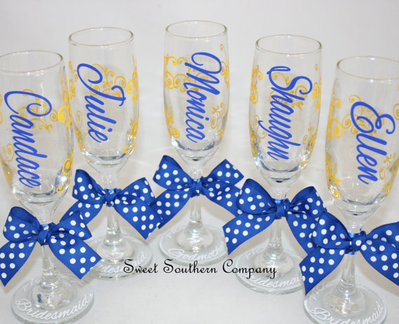 Mariage - 5 Monogrammed Bride and Bridesmaids Champagne Flutes