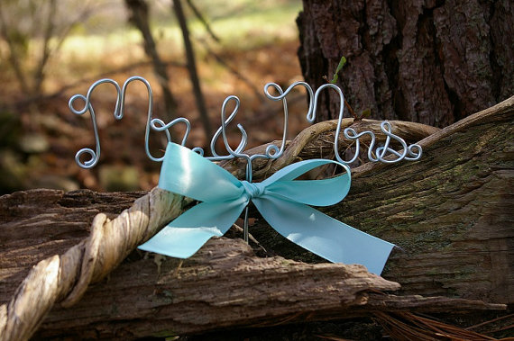 Свадьба - Mr and Mrs Hand Scrolled Wire Cake Topper