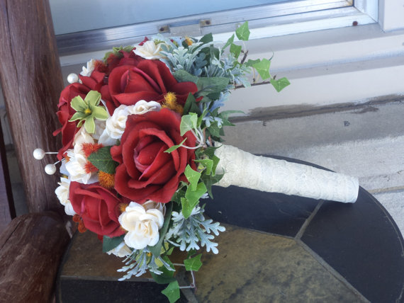 Свадьба - 16 Piece Real Touch Red Rose Silk Bridal Bouquet / Silk Wedding Flowers Set / Winter Weddding / Garden Wedding / Silk Wedding Flowers
