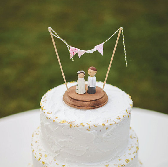 Свадьба - Rustic Wedding Cake Topper - custom peg people cake topper - rustic peg people topper - bride and groom cake topper - bunting cake topper
