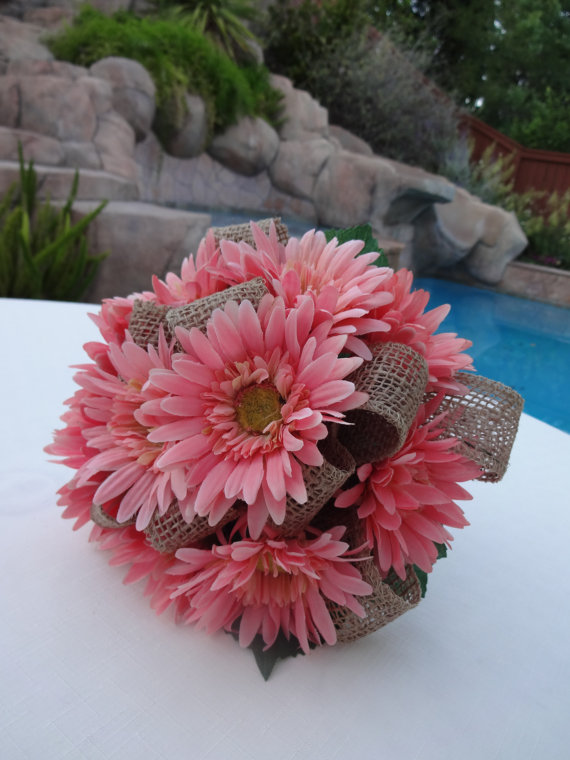 Mariage - Bridesmaid bouquet in gerber daisy and burlap