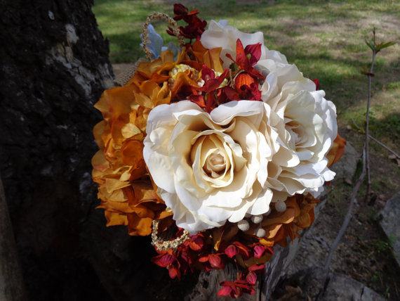 Mariage - Bridal bouquet in cream roses brick red orchids and rust hydrangeas