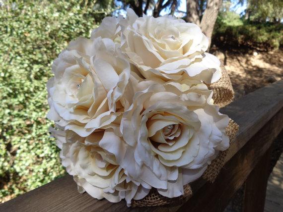 Свадьба - Bridal bouquet in open cream roses