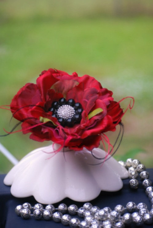 Mariage - Classy Red Black Silk Flower Brooch Pin / Fascinator Hair Clip / Comb. Sophisticated Handmade Spring Wedding Stylish Lapel Corsage Barrette