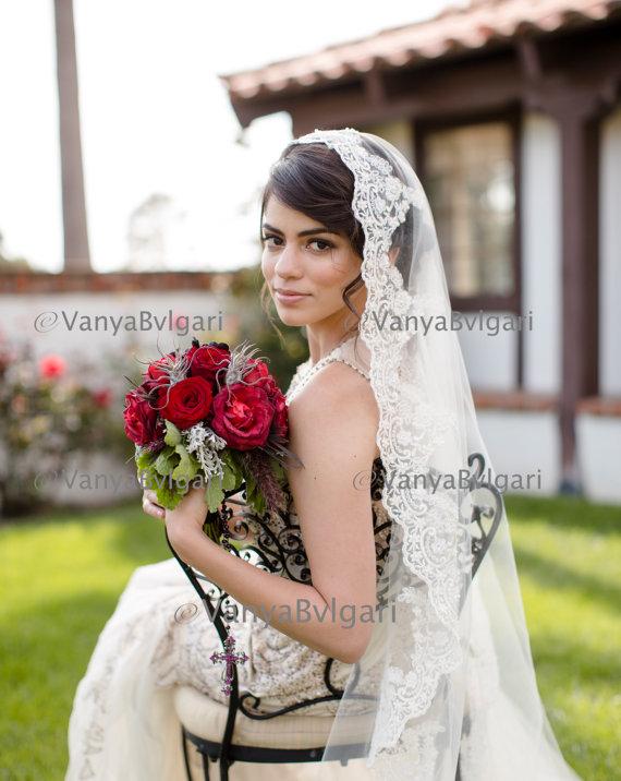 Mariage - Beaded lace veil in fingertip length  Spanish wedding veil, Classic  bridal veil, Lace veil Mantilla