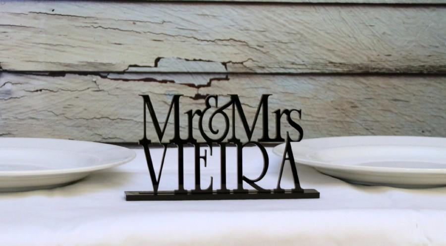 Mariage - Mr and Mrs Wedding Sign personalized with YOUR Last Name perfect for your head table!