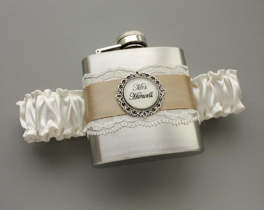 Свадьба - Wedding GARTER FLASK - Bridal Garter in Ivory & Champagne (Other Colors Available) - Bridal Shower or Bridesmaids Gift - Personalized Flask