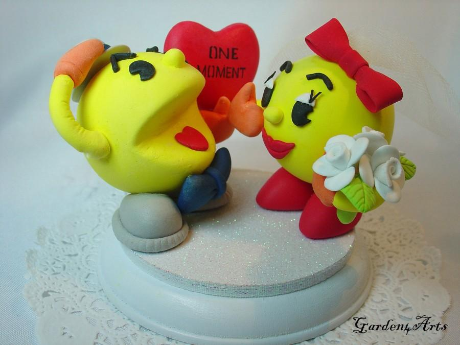 Hochzeit - Customise Wedding Cake Topper--Yellow Couple with Sweet Heart and Circle Clear Base