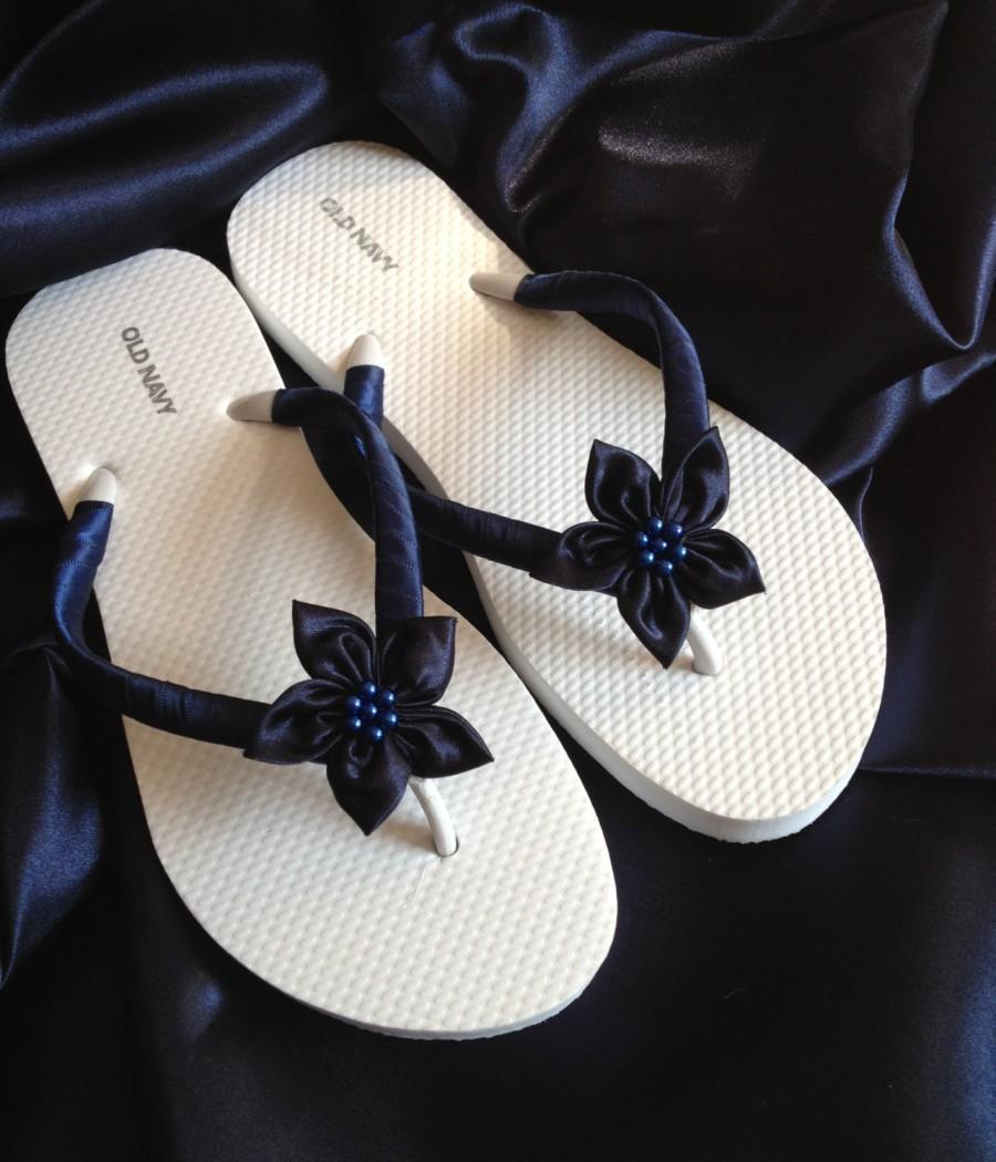 Свадьба - Navy Beach Bride Flip Flops / Wedding Flip Flops / Bridesmaid gifts