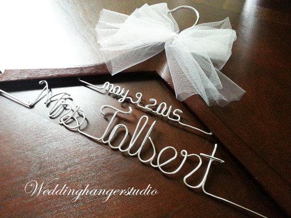 Свадьба - Grand opeing sale / Trendy Wedding item / bride Hanger / Last name hanger