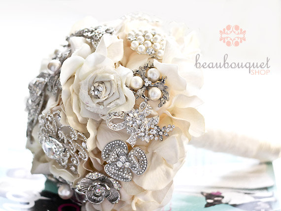 Mariage - Bridal Bouquet Made of Rhinestone Brooches Deposit LARGE Size Crystal Brooch Heirloom Bridal Bouquet