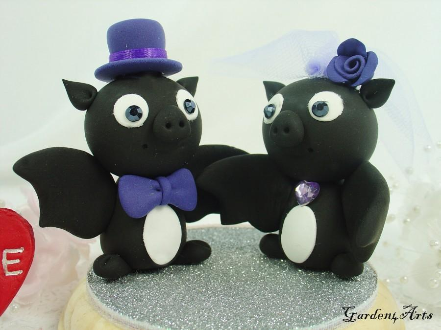 Свадьба - Custom Wedding Cake Topper--Love Bat Couple with Circle Clear Base - for Halloween Theme Wedding
