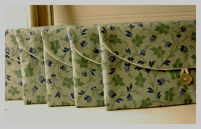 Mariage - woodland flowers Clutch set Purse, moss Bridesmaid Clutch, Laura Ashley bridesmaid gift, flower purse Wedding Gift bridal clutch, clutch