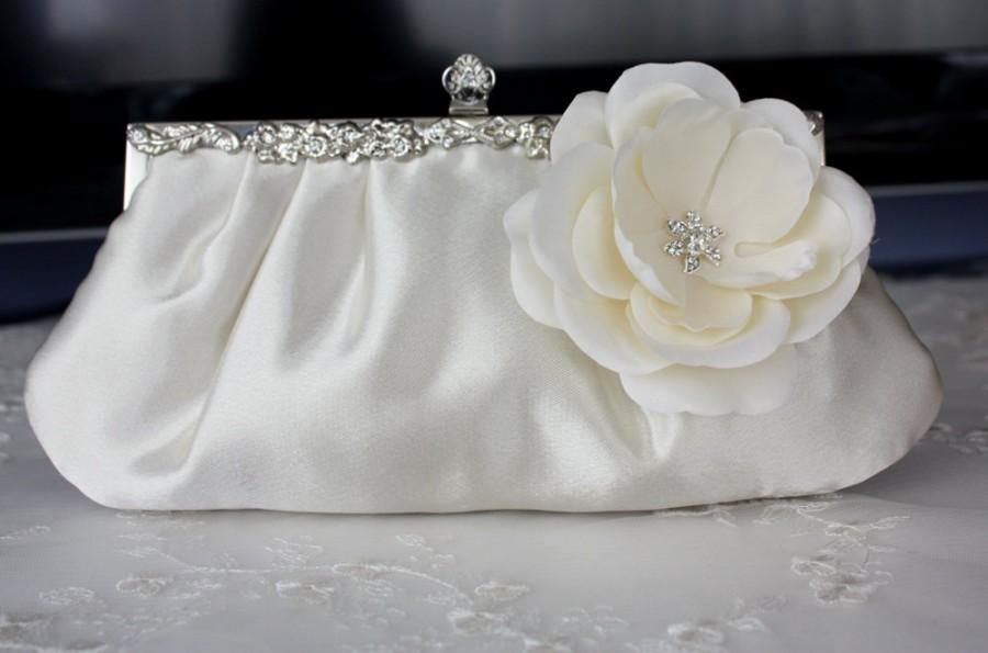 Mariage - Ivory satin bridal blutch purse with flower