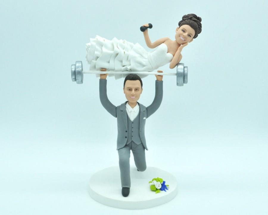 Свадьба - Unique wedding cake topper Weight Lifting Groom with Spotter Bride, Wedding Cake Topper, Personalized cake topper
