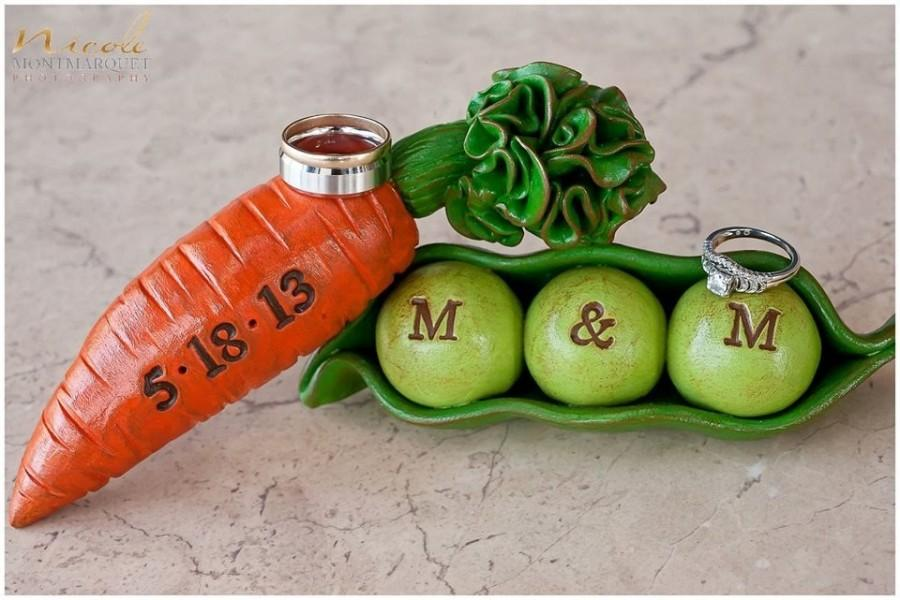 Mariage - Peas and Carrots ... Wedding cake topper...We go together like peas and carrots... Personalized, custom initials and date...Made to order